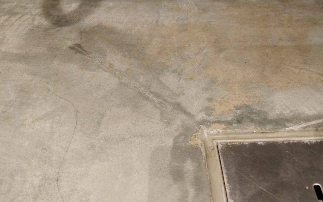 Mikrosementti ongelmat - Lattiakaivon kohdalta kastunut mikrosementti