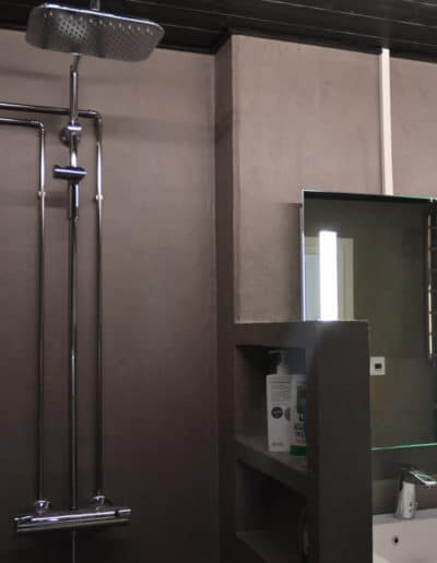 Mikrosementti - Kylpyhuoneen saippuateline on myös päällystetty mikrosementillä