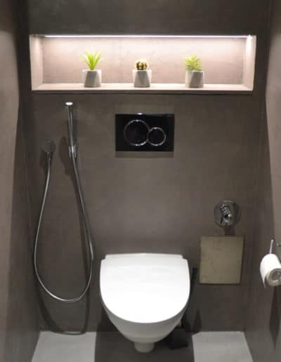 Mikrosementti - Harmaa mikrosementti päällystää WC-tilaa