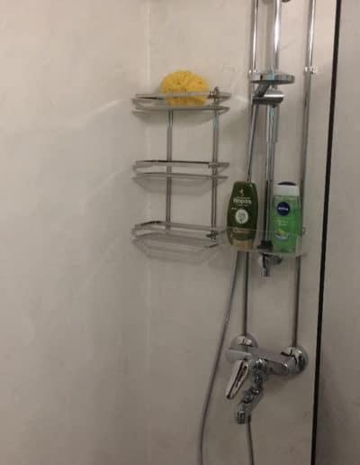 Mikrosementti - Kuva suihkusta valkoisen mikrosementtipinnoitteen kanssa