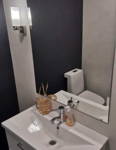 Sisustuslaasti wc-tilan pinnoilla